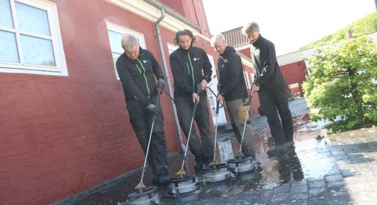 Dansk Fliserens ApS renser fliser på Tirsbæk Gods